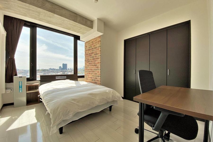 寝室は良く光が入るお部屋となっております。
