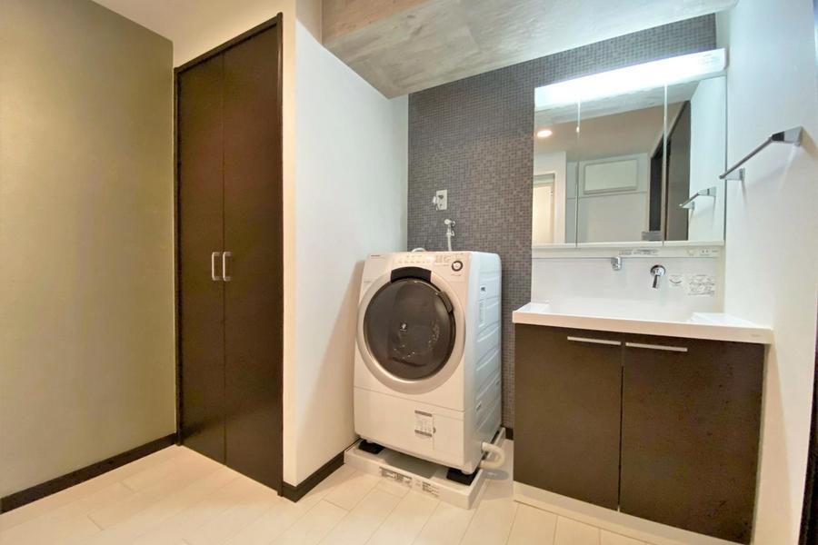 独立洗面台があり、この物件の洗濯機はドラム式となっております!