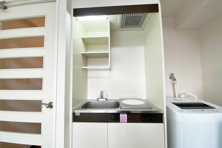 キッチンは少し狭めではございますが、IHクッキングヒーターでコンパクトに収まっております。