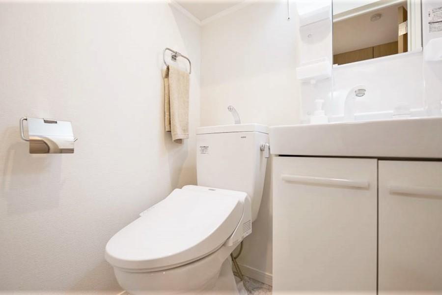 トイレは独立洗面と同じ部屋となりますが、温水洗浄機付き!