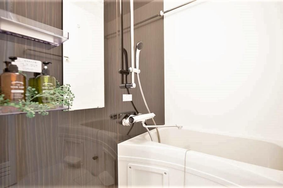 広めのバスルームでお湯をためて日々の疲れを癒やしてください