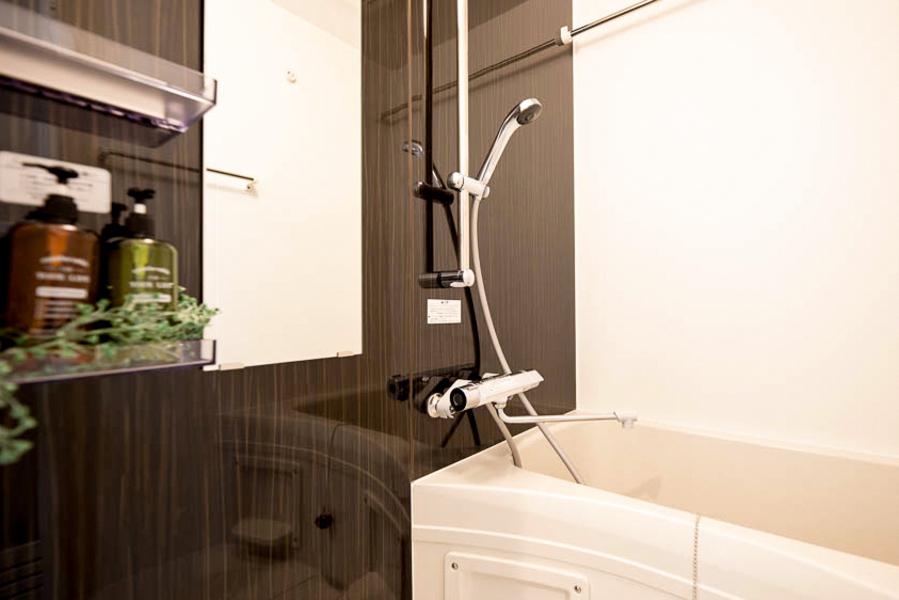 ダークブラウン木調のシンプルな浴室です