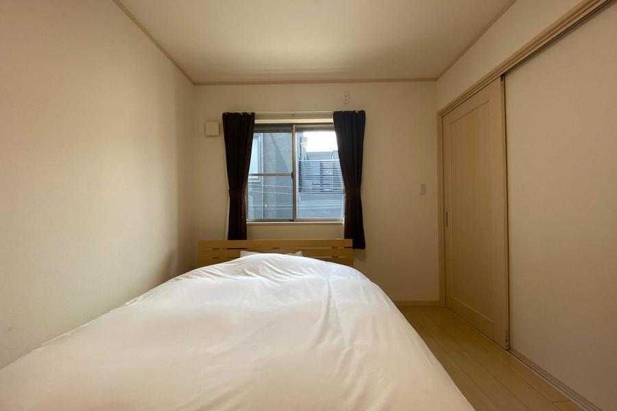 寝室にも窓があり、差し込む光が気持ち良いです。
