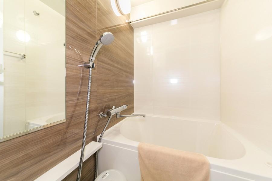 広々としたバスルームは清潔感抜群。浴室乾燥機能も搭載しています