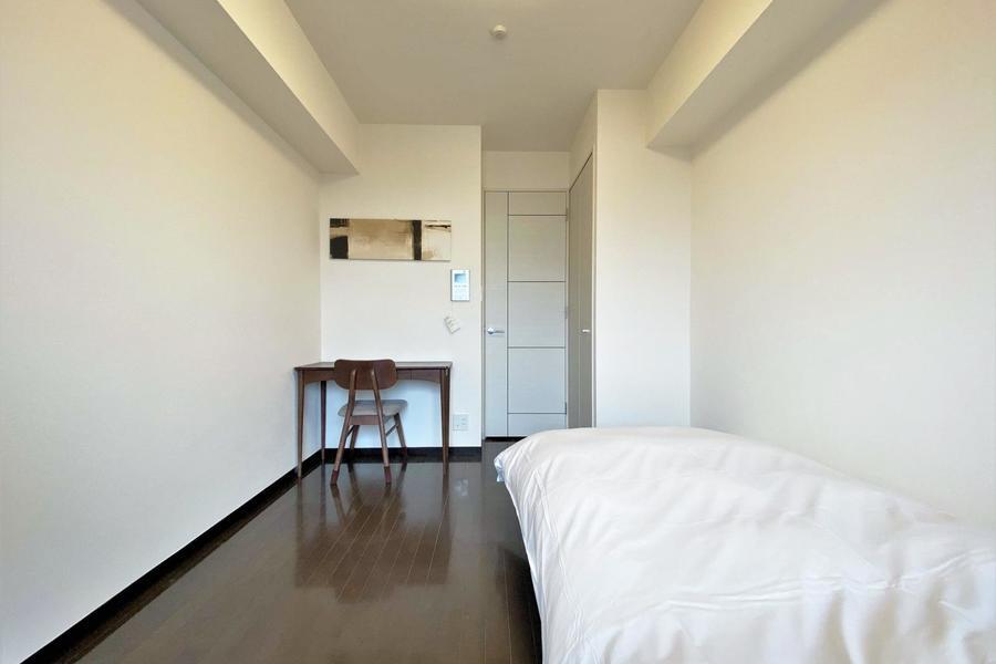 ベッドはコンパクトなシングルサイズです。