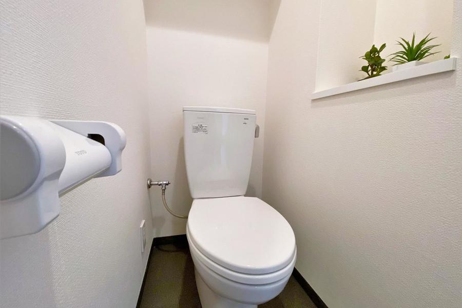 シンプルなトイレです。清潔感があり、シャワートイレ付きとなります。