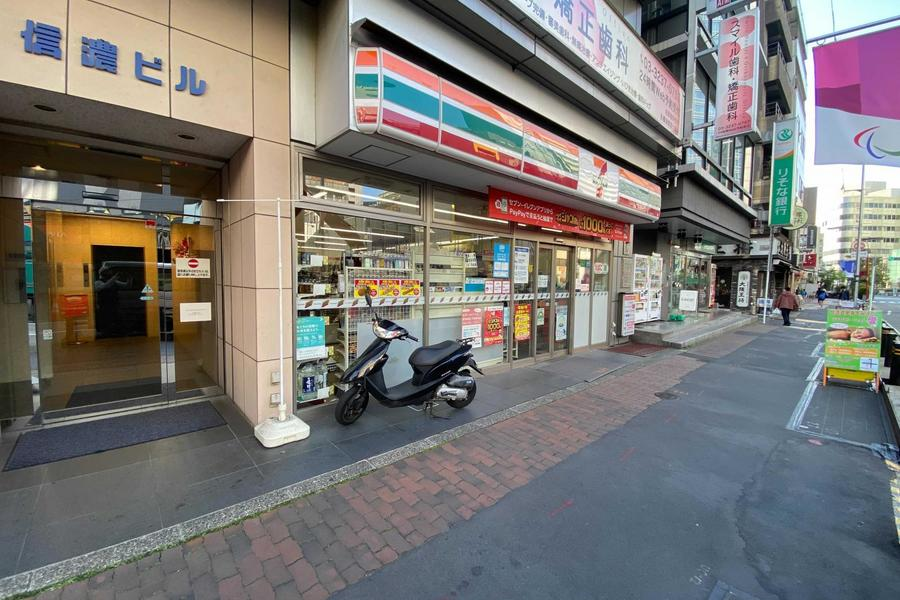 近隣にはコンビニや銀行がありました。