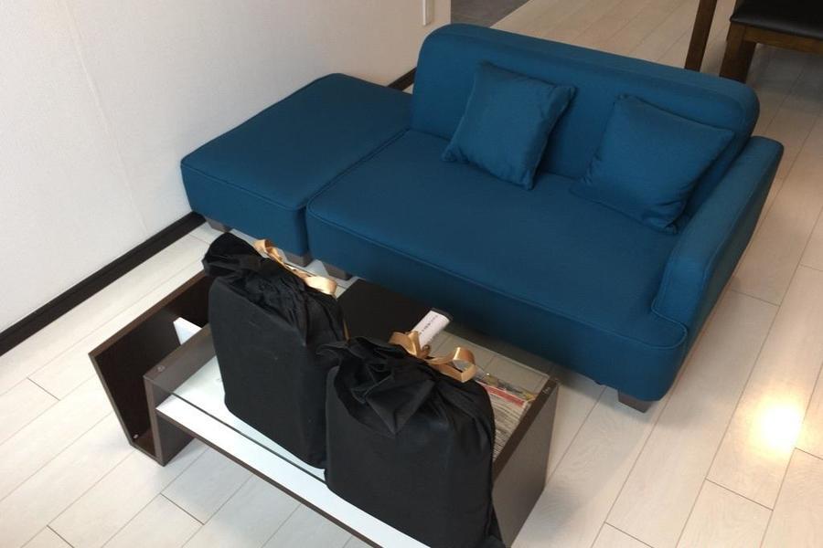 のんびりと過ごせるリビングルームには大きなソファーを設置しました。