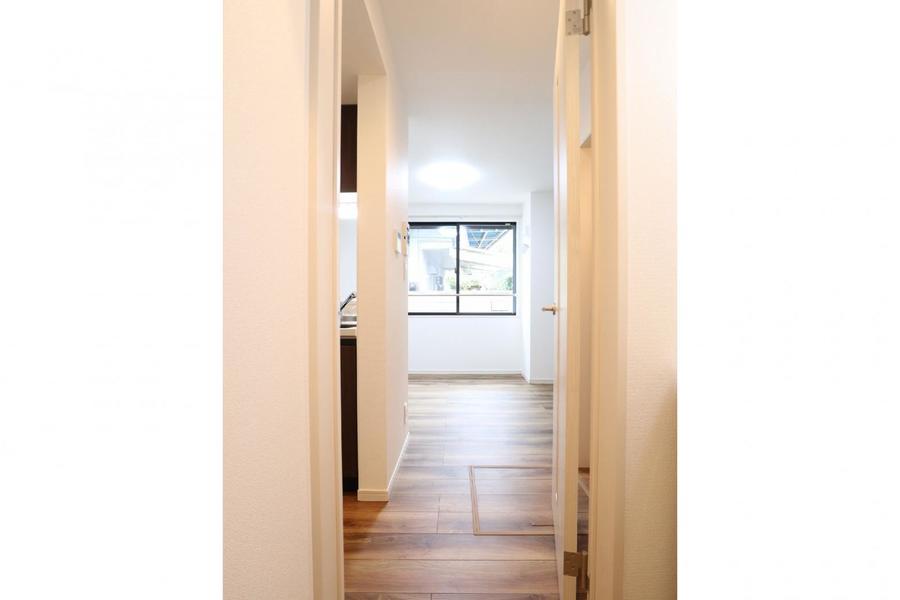 玄関から一直線の居室は扉で仕切ることが可能