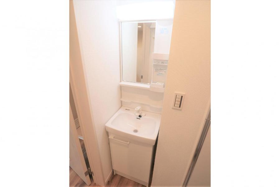 洗面台は独立型、必需品の設置スペースも豊富です