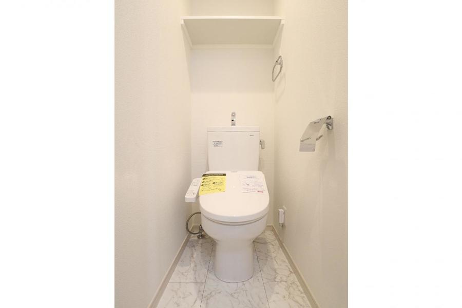 白基調の清潔感あるトイレ