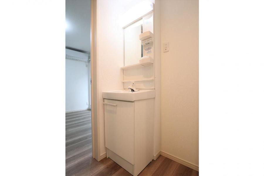 独立洗面台は必需品を置くスペースも十分