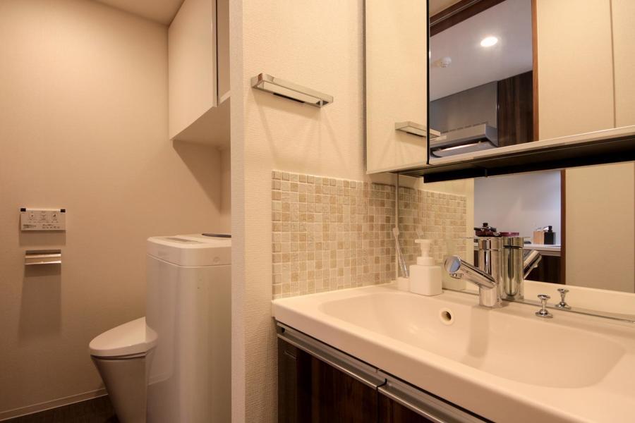 大きな鏡の独立洗面台