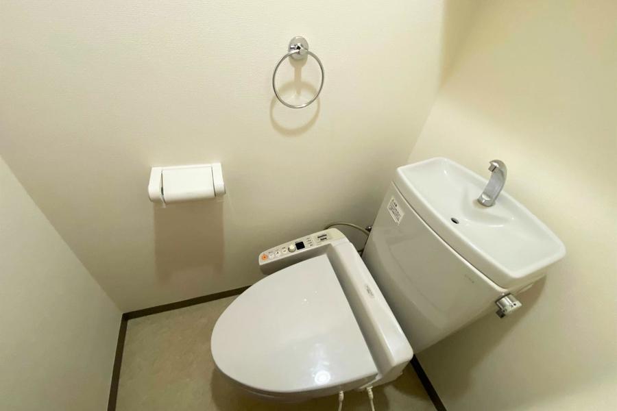 お手洗いはシャワートイレつき。こだわられるお客様も多い人気設備です