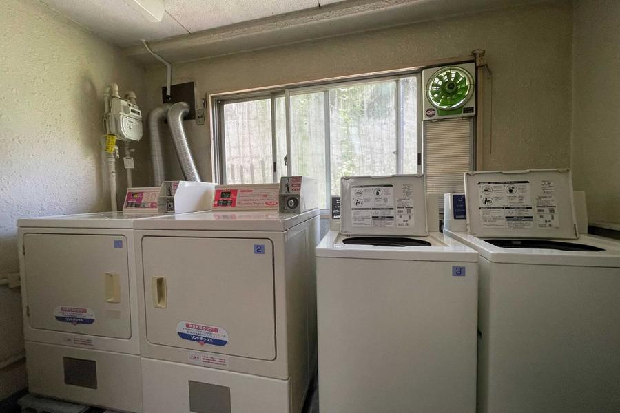 洗濯機(7kg:200円/回、4.5kg:150円/回)と乾燥機(8kg:100円/20分)でご利用いただけます。