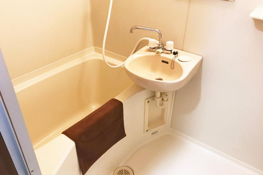 毎日使うバスルームはシンプルなつくり