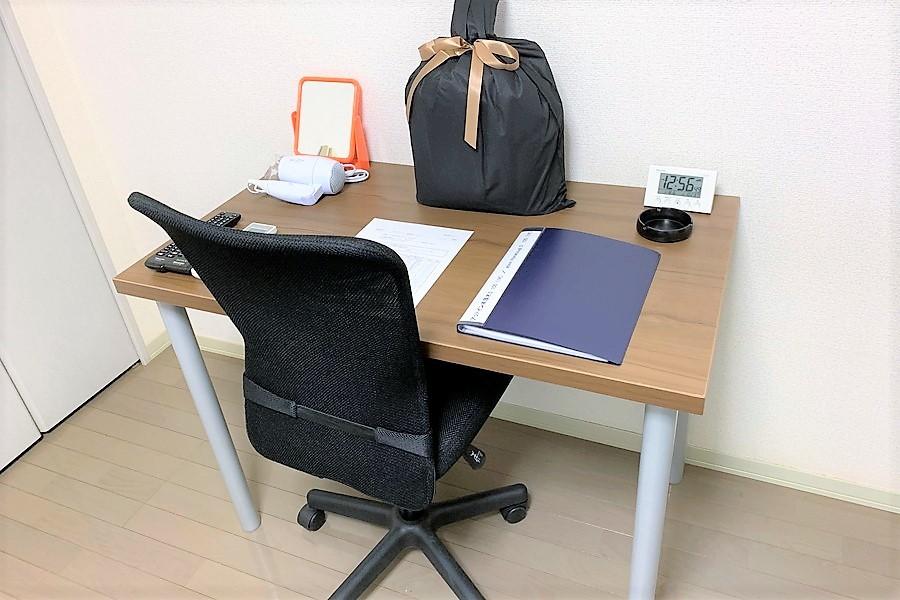 お食事や作業スペース等に備え付けのテーブルをご利用ください