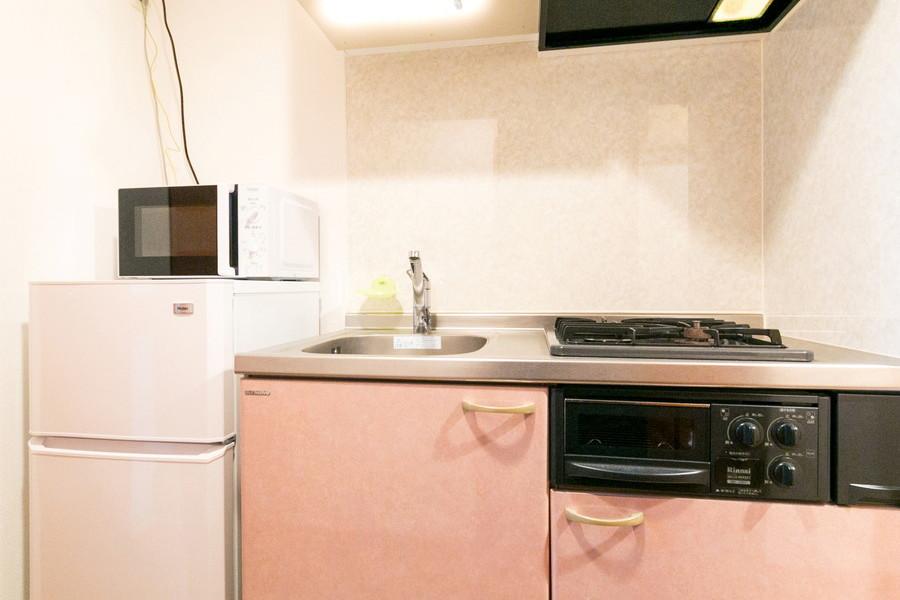 コーラルピンクの扉がキュートなキッチンエリア