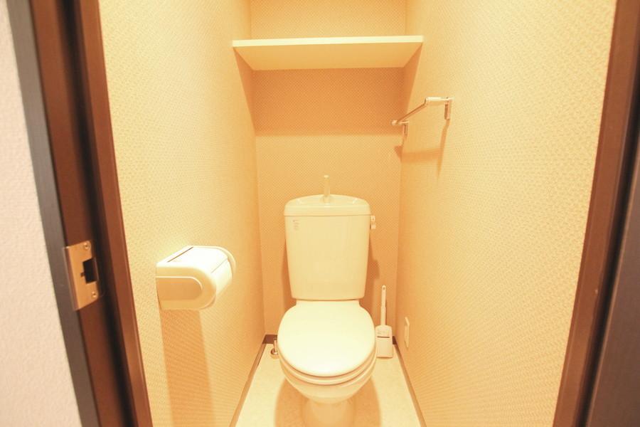 清潔感あるトイレ。備え付けの棚が便利です