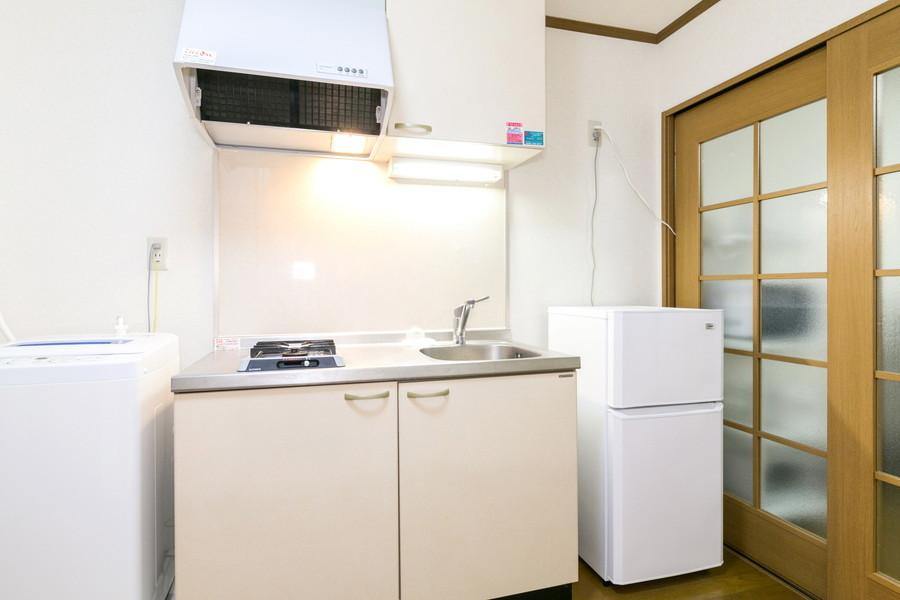 安定火力のガスコンロ搭載キッチン。調理器具や食器もご用意してます