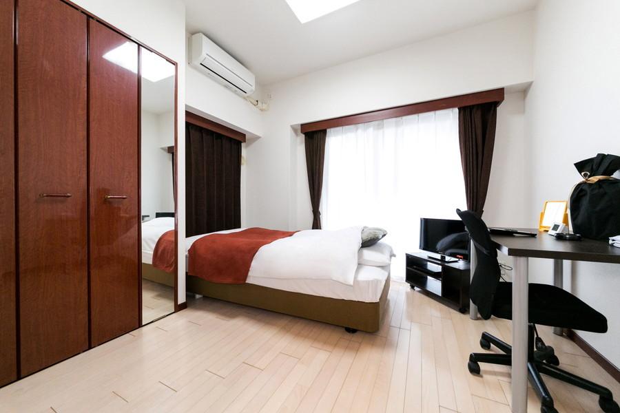 家具・家電類を置いても狭さを感じないシックな室内