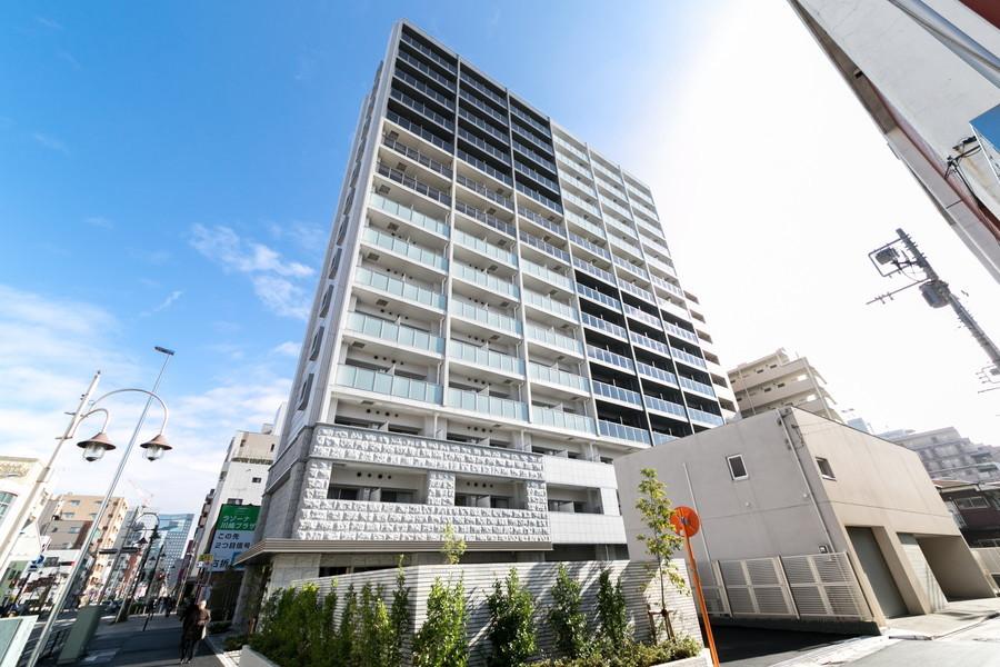 白と黒の配色が目を引く高層マンション。すらりと高い15階建てです