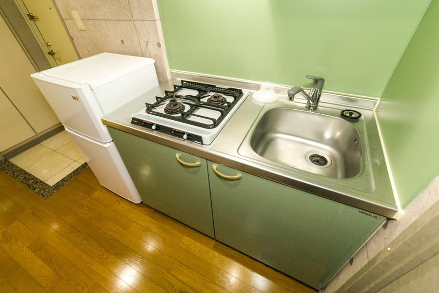 パステルグリーンの色合いがポップなキッチン。広めのシンクが特徴です