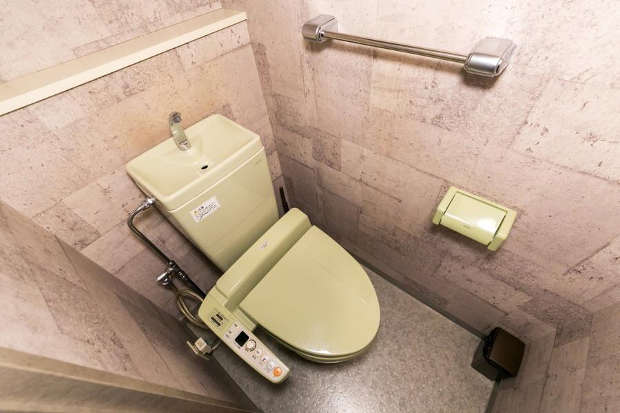 トイレ内もコンクリート壁を採用。トイレ本体の色合いもあいまって新鮮な雰囲気に