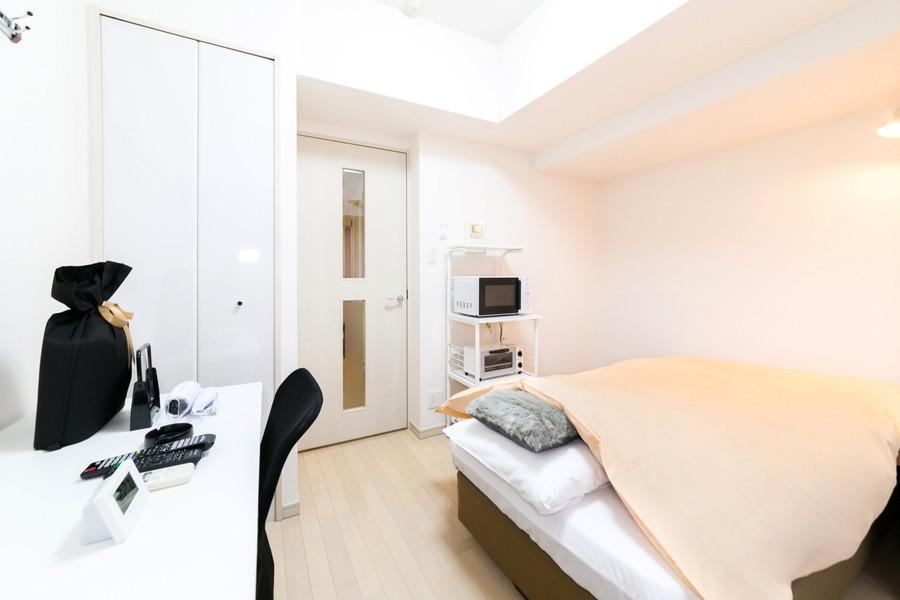 ベージュのフローリングと白い壁紙のシンプルで過ごしやすいお部屋です