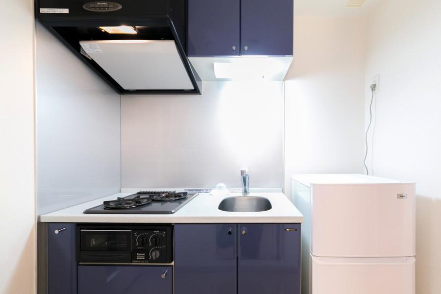 キッチンはネイビーの戸棚がきりりとしたアクセントに
