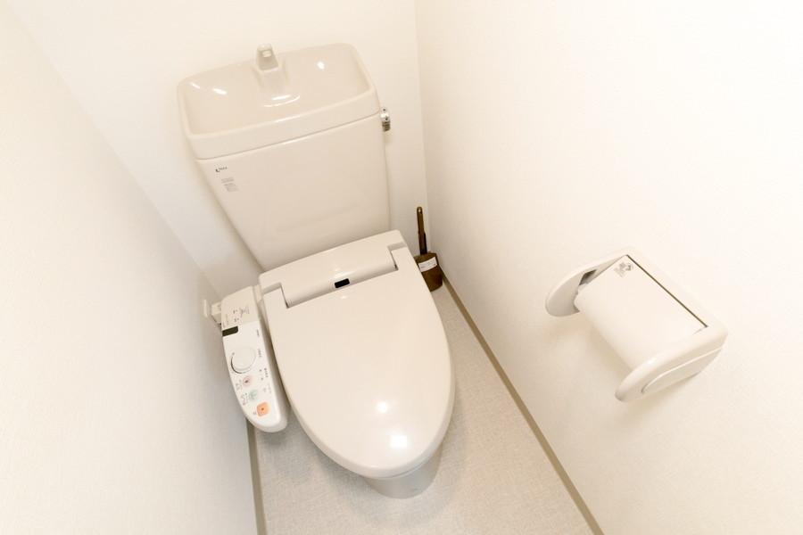 お手洗いはシャワートイレタイプ。人気の設備です