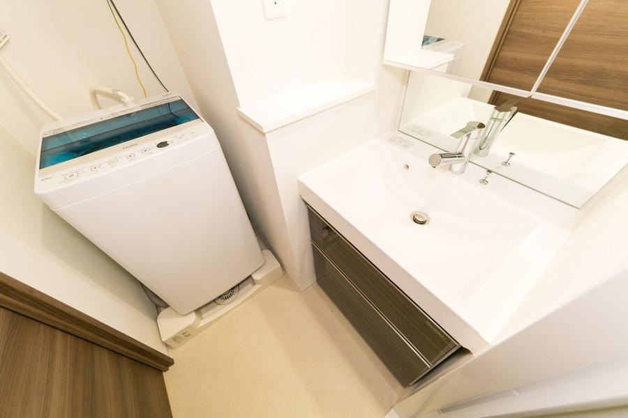 扉と同じくダークブラウンで統一された洗面台。大きくゆとりのある洗面ボウルが特徴です