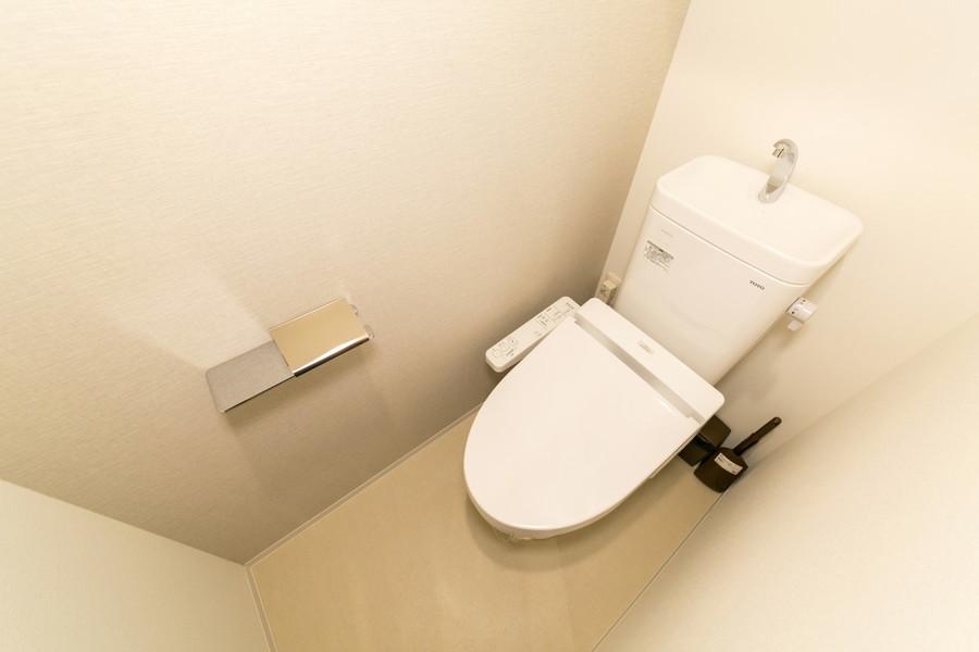 お手洗いは独立タイプ。人気の高いシャワートイレ搭載です