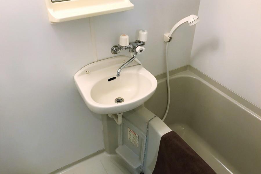 シンプルなバスルーム。日々の疲れを洗い流してください