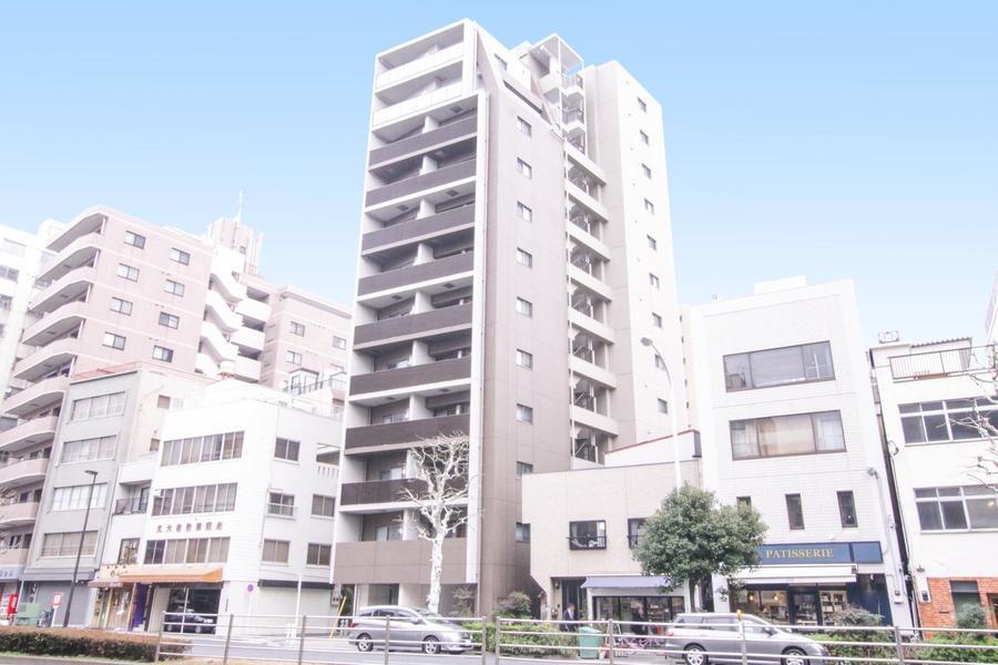 周囲はマンション、ビルなどが多く並び飲食店なども豊富です