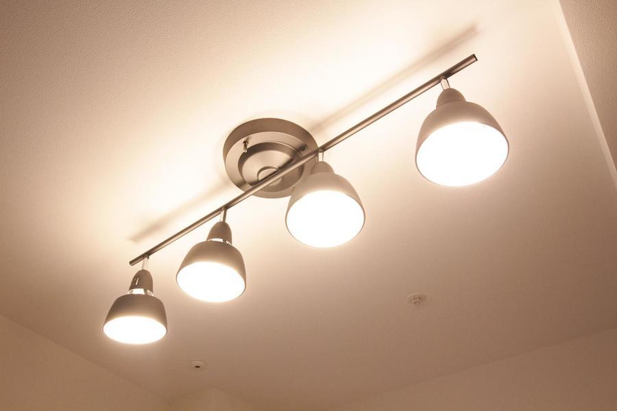 照明はスポットライトシーリング。室内を明るく照らし出します