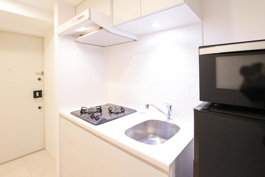 白をベースにしたキッチンは清潔感たっぷり。コンロは便利な二口タイプ