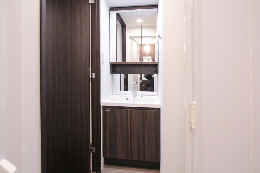 上下に分かれた大きな鏡が特徴の洗面台。毎朝の身だしなみチェックにご活用ください