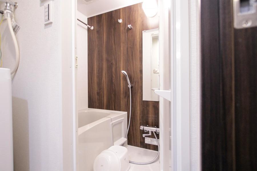 木目の壁面が印象的なバスルーム。ゆったりおくつろぎいただけます