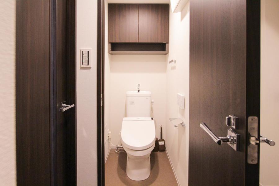 お手洗いは独立タイプ。収納棚も完備で快適な空間に
