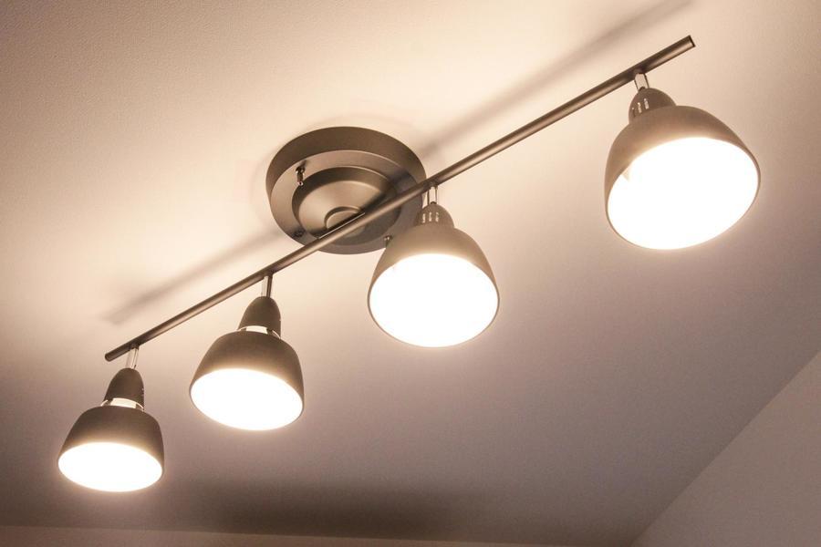 照明はスポットシーリングを採用。角度を変えることで細部まで明るく照らします