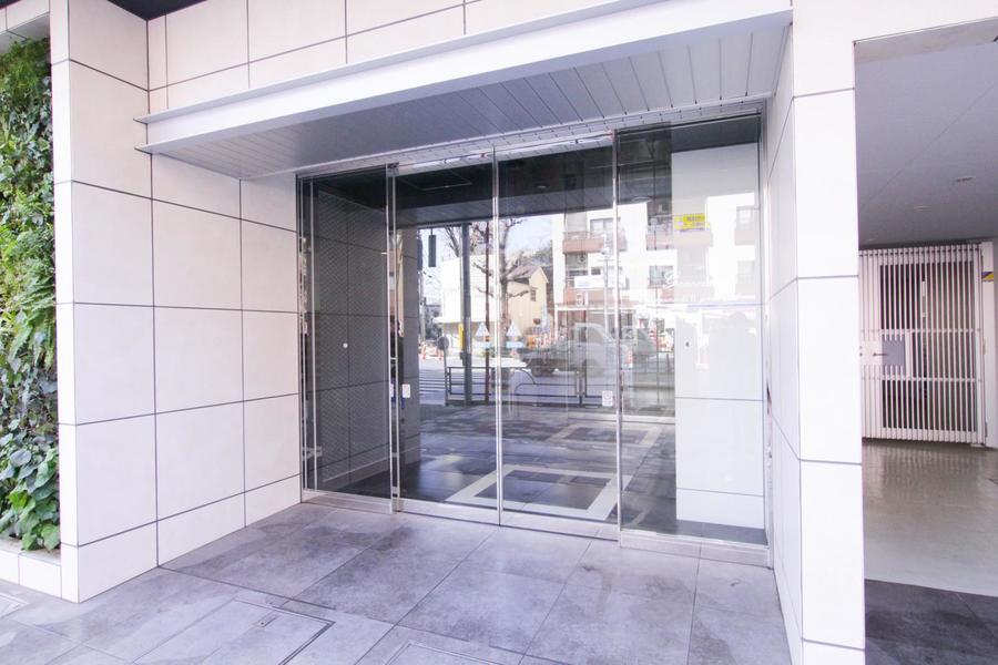 透明性の高い全面ガラス扉。夜間でも視認性が高く安心