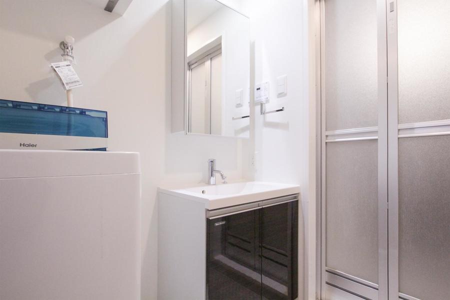 独立タイプの洗面台は大きな鏡が特徴