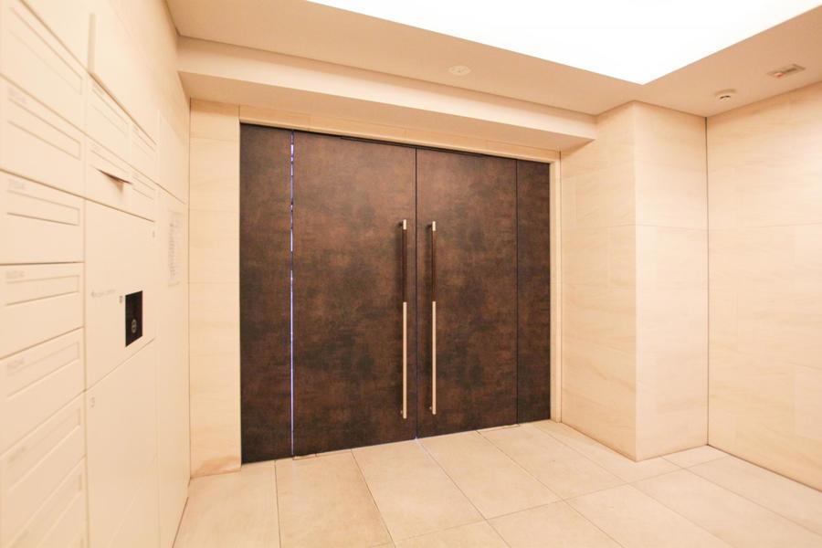 重厚感のある扉とマッチするライトアイボリーの内壁