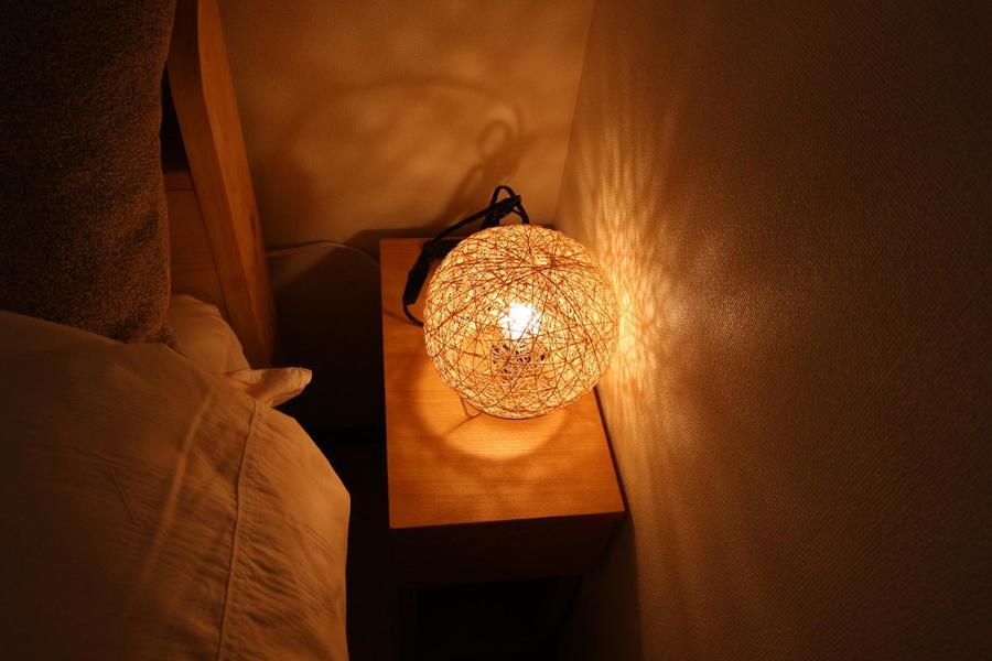 ベッドサイドの照明が温かみを与えてくれます