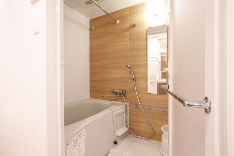 アクセントクロスがポイントのバスルーム。浴室乾燥機能搭載です