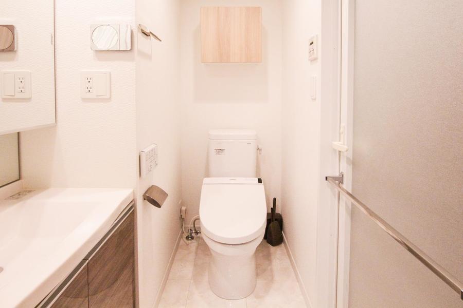 お手洗いは独立式。こだわりの方も多いシャワートイレタイプです