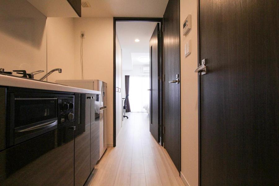 廊下の扉は室内から一転、ダーク系でまとめられシックな印象に