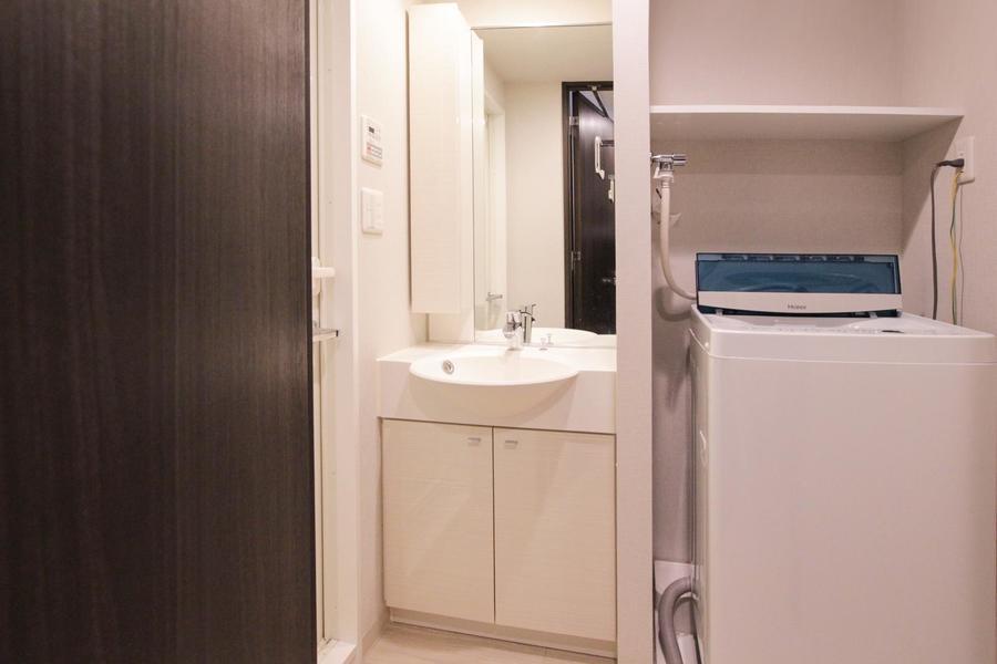 大きめの鏡が特徴の洗面台。お出かけ前の身だしなみチェックに最適!