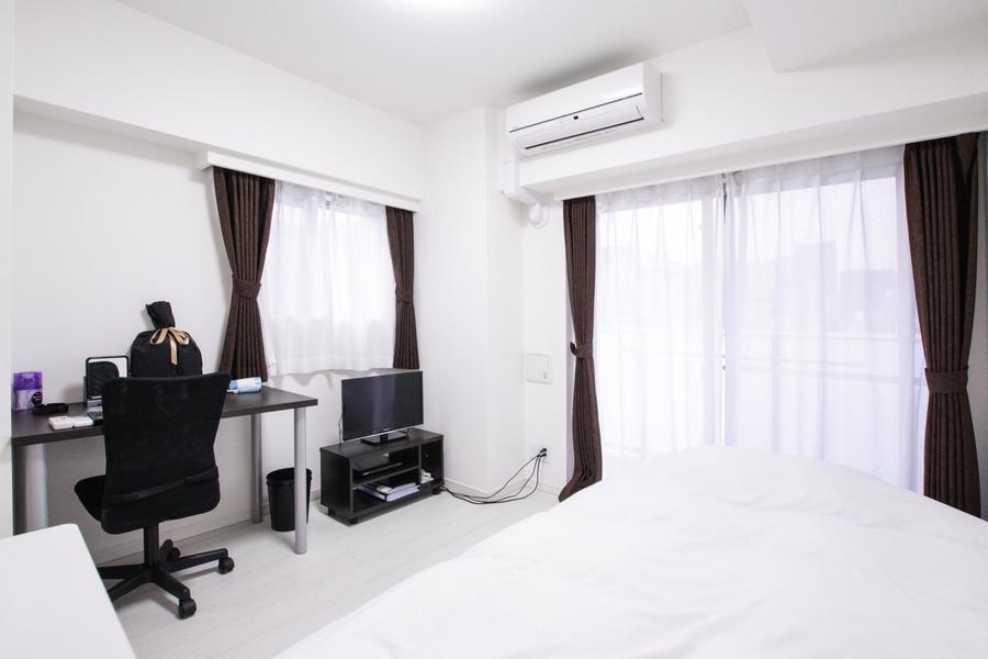 お部屋は6帖。床面、壁面ともに白で統一され清潔感があります